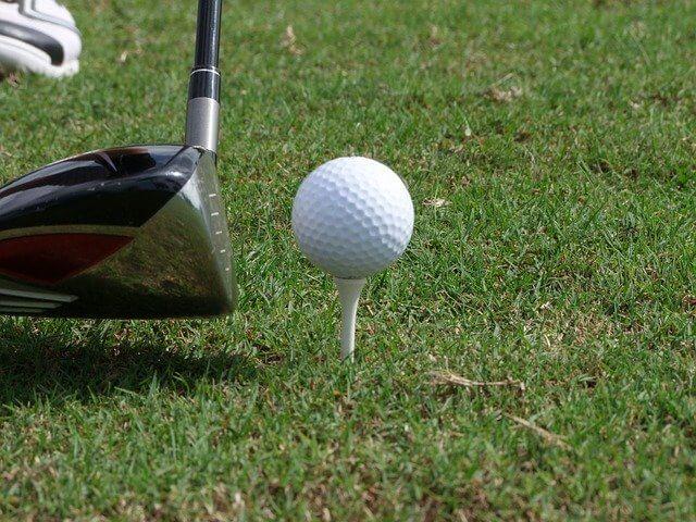 ゴルフクラブとティー