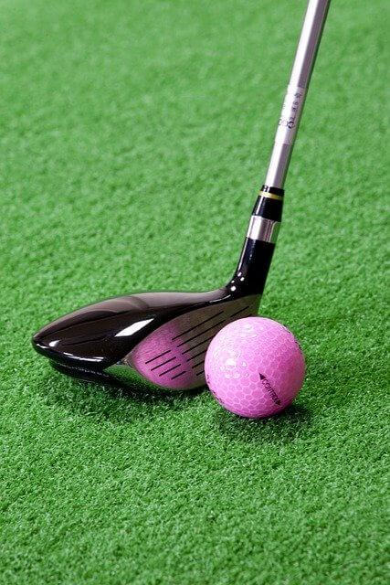 ゴルフクラブとピンクのボール